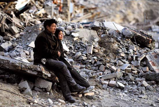 直击玉树地震现场:震后第一夜灾民安静地悲伤