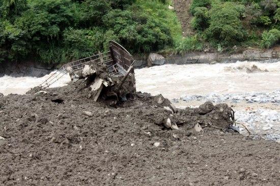 云南贡山泥石流现场61人获救10余人仍被困悬崖