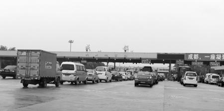 成都双流机场受暴雨影响万人滞留