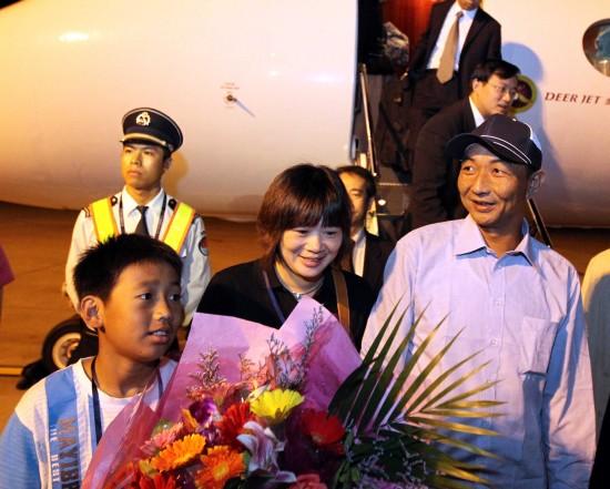 我国渔船船长詹其雄返福州外交部部长助理迎接