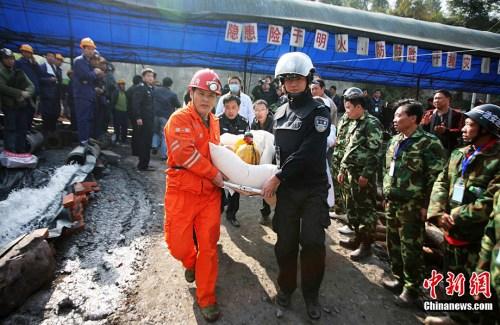 图为获救的矿工。图片来源:中国新闻网 刘忠俊 摄