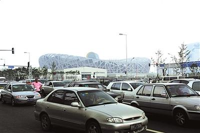 """2008年7月5日,""""鸟巢""""旁的北辰东路,接孩子放学的车辆排出几十米,堵住道路。图/东方IC"""