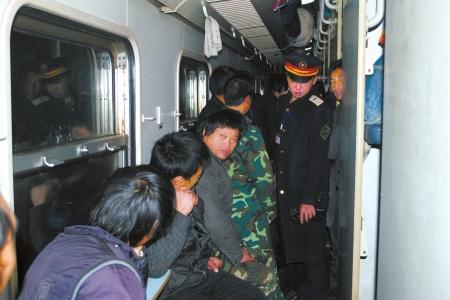 L125次列车列车长带领记者逐节车厢寻找智障民工