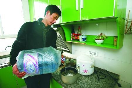 居民用桶装水做饭 记者