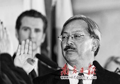 1月11日,李孟贤(右)宣誓就任旧金山市长。资料图片