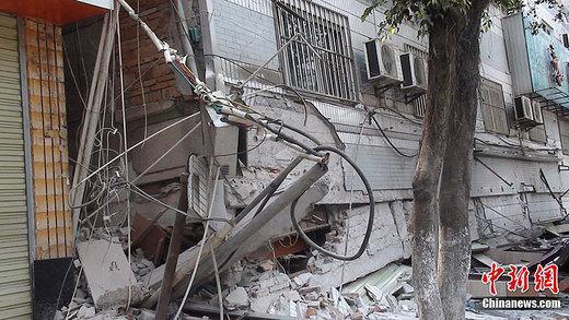 地震造成县城电力、通讯中断,天缘超市、永胜宾馆及多处民房倒塌,城区大部分围墙倒塌。中新社发 德宏电视台 摄