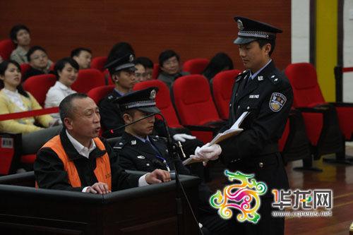 19日,李庄漏罪案在重庆市江北区法院开庭审理。这是李庄在庭审现场 法院供图 华龙网发