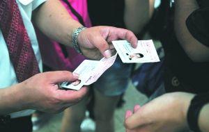 昨日,北京南站,工作人员正在对入站旅客进行身份验证。本报记者 杨杰 摄