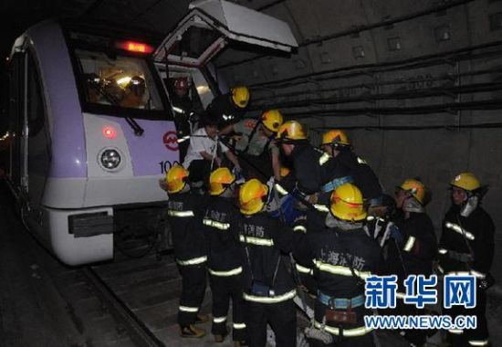 9月27日,救援人员在上海地铁十号线事故现场营救。当日下午,上海地铁十号线因设备故障,导致一起追尾事故,有乘客受伤。具体原因正在调查中。新华社发(钮一新 摄)