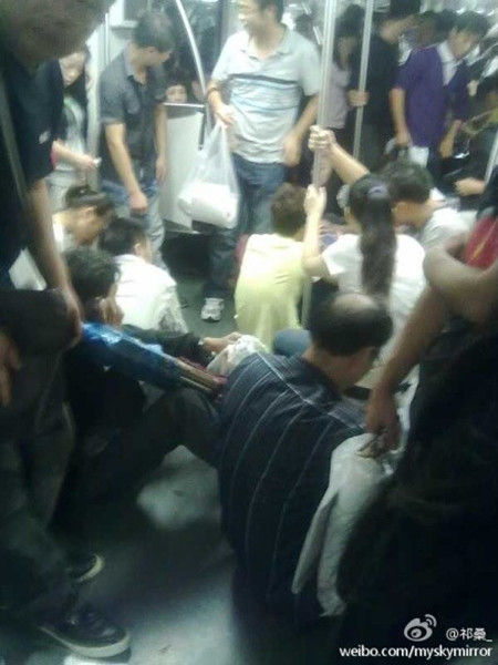 不少乘客摔倒在车厢里。来源:新浪微博(转自:新民网)