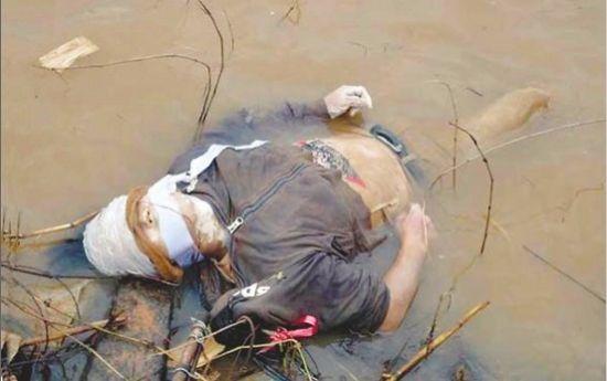 一具被打捞上岸的尸体,头部被胶带缠裹