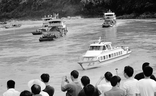 16日下午,我国公安护航巡逻艇引导归国船队进入西双版纳关累码头。新华社发