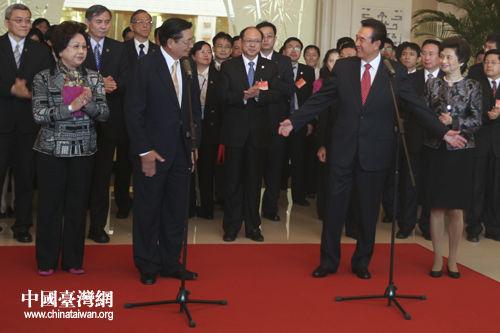 第七次两岸两会领导人会谈的海基会董事长江丙坤一行今日中午抵图片