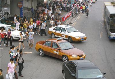 8月13日,西站北广场外,乘客欲在出口打车。当天,乘客致电本报热线反映火车站打车难。