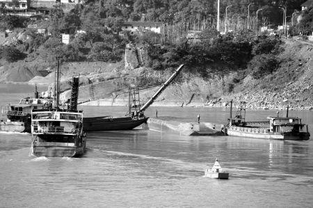 三艘采沙船成功拦截货轮