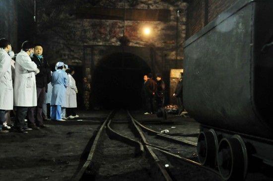 10月29日,救援人员在霞流冲煤矿矿井入口等待消息。新华社记者 周勉摄