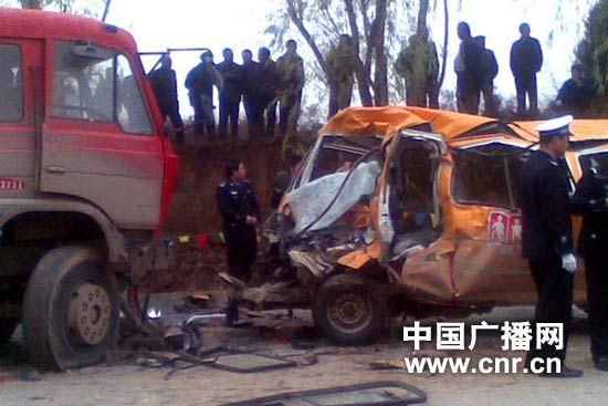 甘肃幼儿园校车事故 18死40伤
