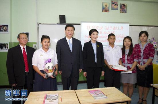 12月23日,正在泰国访问的中国国家副主席习近平在泰国总理英拉陪同下,专程来到曾遭受洪灾影响的曼谷乐达纳古信沙拉雅中学看望慰问学校师生。新华社记者 李学仁 摄