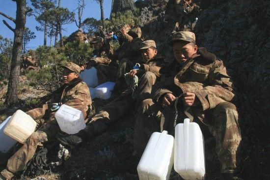 丽江军分区官兵积极备水继续清守火场(1月27日摄)。