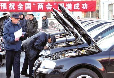 """首批69部帕萨特,在亚运村机动车检测场开始""""体检""""。本报记者张斌摄"""