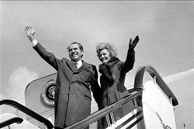 尼克松和夫人帕特・尼克松离开中国时挥手告别。