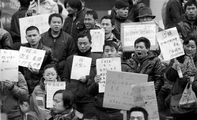 2月8日,浙江义乌,元宵后,义乌连续出现了数千企业摆摊招工的景象。不少企业把福利搬上招工简章,以吸引更多求职者应聘。储永志 摄