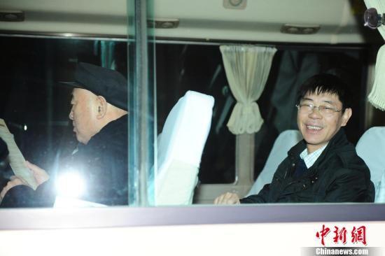 3月1日6时16分,来自河南的全国政协委员乘坐K180次列车抵达北京西站,北京迎来了首批参加全国政协十一届五次会议的全国政协委员。中新社记者 李学仕 摄