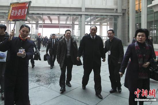 3月1日,来自浙江的全国政协委员抵达北京首都国际机场。3月3日,全国政协十一届五次会议将在北京人民大会堂开幕。中新社记者 盛佳鹏 摄