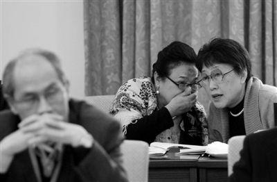 昨日,北京会议中心,全国政协十一届五次会议小组讨论会上,两位政协委员在交流意见。本报记者 薛�B 摄