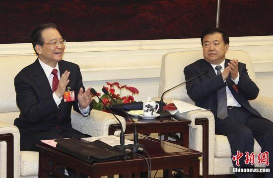 3月6日,国务院总理温家宝来到全国人大甘肃代表团,同代表们一起审议政府工作报告。中新网记者 周锐 摄