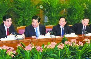 昨天下午,中共中央政治局常委、全国政协主席贾庆林来到他所在的十一届全国人大五次会议北京代表团,和代表们一起审议政府工作报告。本报记者 戴冰摄