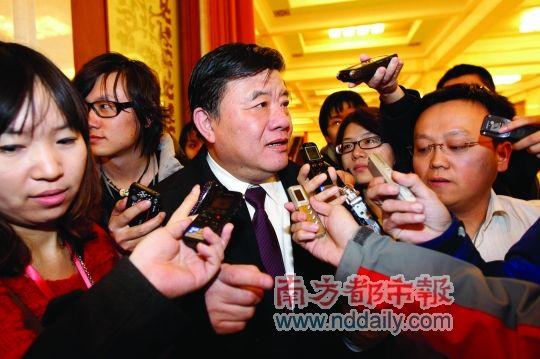 昨日下午,政协全体会议结束后,卫生部长陈竺被媒体围访。南都特派记者陈伟斌摄