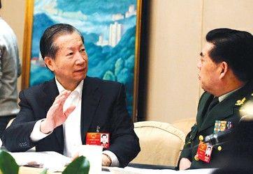 """金炳华代表(左)与刘洪凯代表正在""""热议""""。本报特派记者叶辰亮摄"""