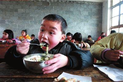 """2月21日,广西马山县林圩镇甘豆村小学的孩子们在享用""""免费午餐""""。(资料图片)本报记者王海欣摄"""