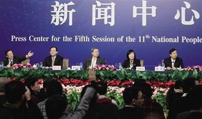 """昨日,央行行长周小川等人就""""货币政策及金融改革""""答记者问。本报记者 赵亢 摄"""