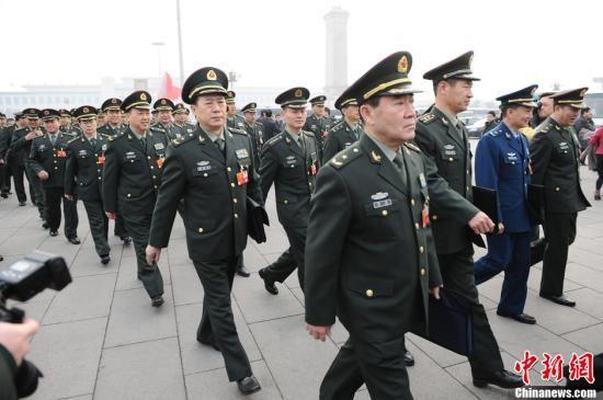 3月5日9时,第十一届全国人民代表大会第五次会议在人民大会堂开幕, 解放军代表将星闪烁,大跨步走向人民大会堂。中新社记者 李学仕 摄