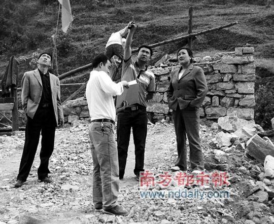 张波(右二)查处违建的资料图片。来源:贵州都市报