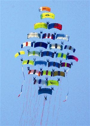 5月26日,飞机跳伞运动员在进行空中编队表演.