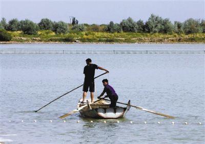 两人正在东风水库打鱼。航天员吃的鱼就来自这里。