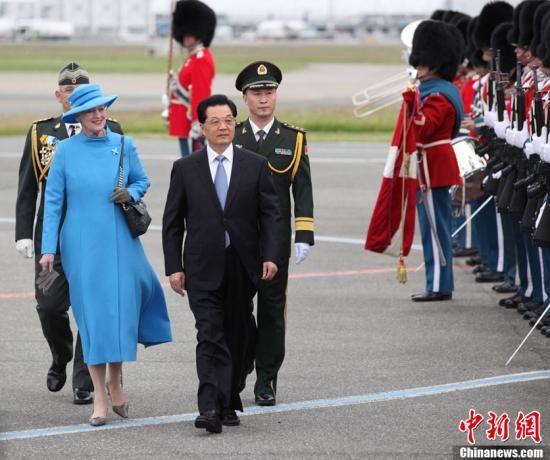 胡锦涛结束对丹麦国事访问启程赴墨西哥