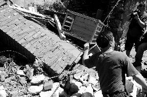 战友扶着致死李所长的电线杆斜拉线,讲述李所长牺牲前英勇救人的事迹。首席摄影记者 吴宁/摄