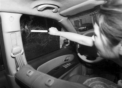 3 记者坐在副驾驶座上,挥锤砸向驾驶室车窗,一次便将车窗敲碎。