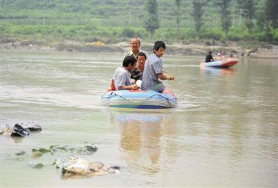 村民搭起了索道,利用旅游项目的皮筏子作为摆渡船到达北岸。本版摄影/新京报记者 李飞 实习生 王飞