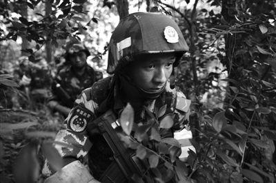 昨日,武警重庆总队调集兵力,开始进入歌乐山一带山脉,搜捕枪案疑犯。图/CFP
