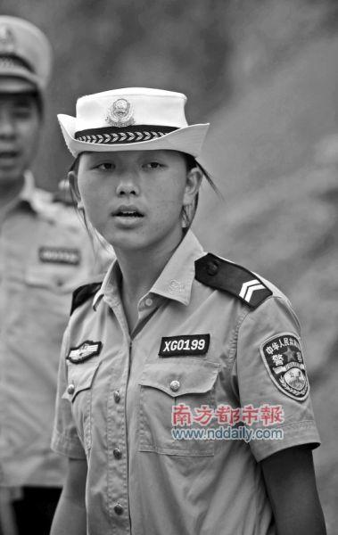 昭通警校的实习生江漫在塌方现场引导车辆,她在大塌方前及时拦住车辆,避免了车毁人亡。