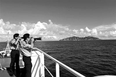 昨日,中国海监50船抵达钓鱼岛海域。新华社记者 张建松 摄