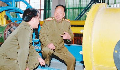 林俊德(右)在和年轻人探讨某基础试验装备设计改造问题。新华社发(资料照片)