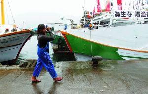 近百台湾渔船集结钓鱼岛 12艘台舰全程护航
