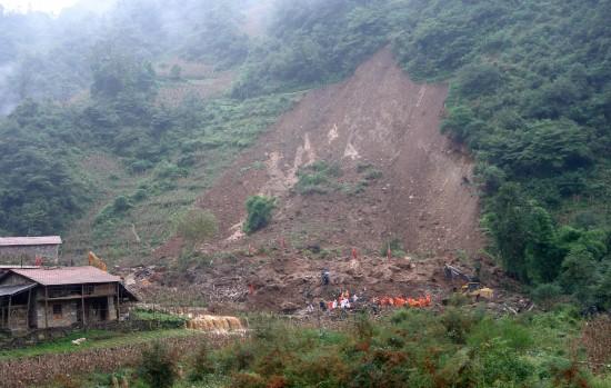 10月4日,搜救工作在紧张进行。新华社发(龙娇摄)