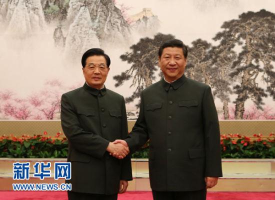 11月16日,胡锦涛同志和中共中央总书记、中央军委主席习近平在出席中央军委扩大会议时亲切握手。 新华社记者王建民摄
